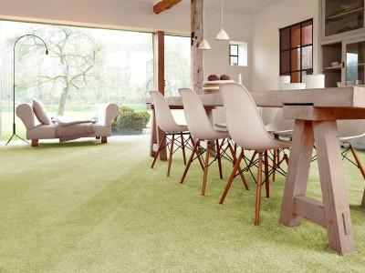 großzügiges Wohn- / Esszimmer mit einem Frisévelours Teppichboden