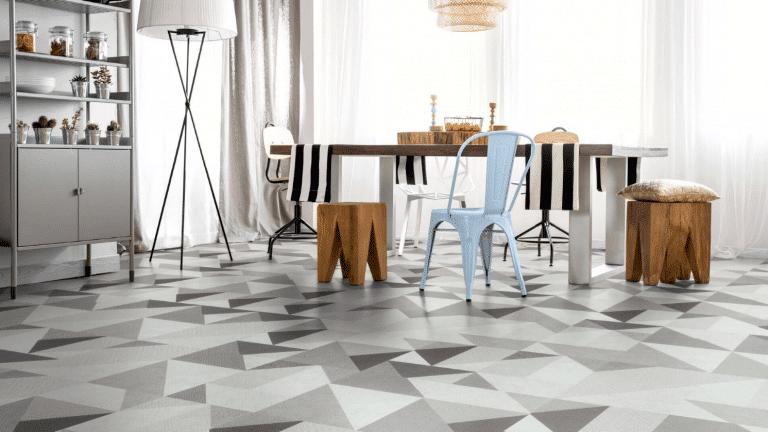 Wohnraum mit geometrischer Bodenverlegung