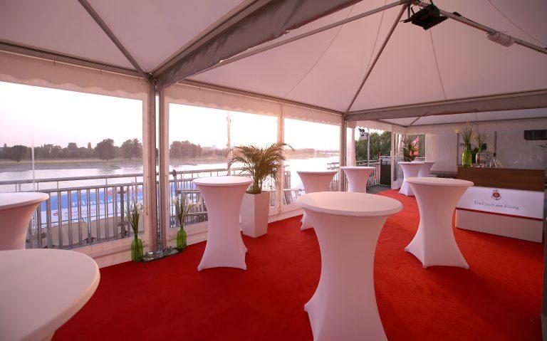 Roter Teppich im VIP Bereich des Alltours Kinos